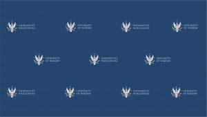 Granatowe, jednolite tło, logotypy UW w wersji polskiej i angielskiej ułożone naprzemiennie