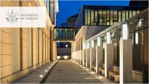 Uliczka na kampusie głównym - łącznik na Wydziale Historii UW. Logo UW w wersji angielskiej w lewym górnym rogu