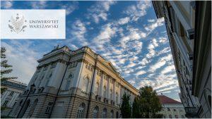 Kampus centralny, widok ogólny. Zdjęcie w kolorystyce niebieskiej. Logo UW w wersji polskiej w lewym górnym rogu