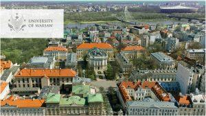 widok na kampus centralny UW z lotu ptaka, logo w lewym górnym rogu w wersji angielskiej