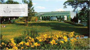 widok na dolny ogród BUW, zdjęcie w odcieniach zieleni. Logo UW w wersji polskiej w lewym górnym rogu
