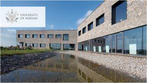 budynek Europejskiego Centrum Edukacji Geologicznej UW w Chęcinach. Logo UW w wersji polskiej w lewym górnym rogu