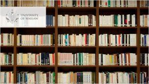 Książki na półkach od góry do dołu. Marzenie bibliofila. Naukowo wygląda. Logo UW w wersji angielskiej w lewym górnym rogu