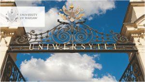 Brama UW, kolorystyka niebieska. Logo UW w wersji angielskiej w lewym górnym rogu